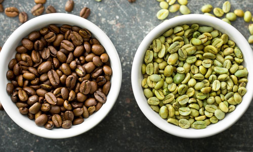 Le proprietà del caffè verde: potente antiossidante e regolatore di zuccheri e colesterolo, ma attenti alla caffeina!