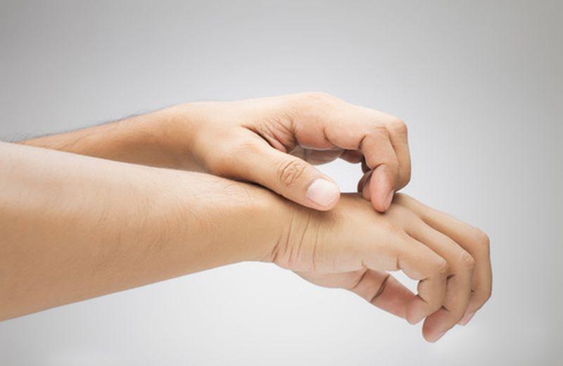 l'eczema da stress, o dermatite da stress, causa prurito e in alcuni casi eruzioni cutanee